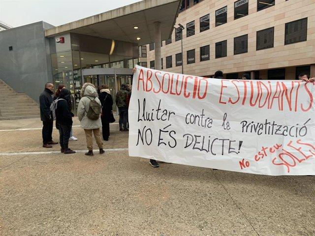 Manifestació d'un grup de joves a les portes dels jutjats de Lleida per un judici a cinc joves.
