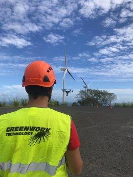 Un operario de la empresa soriana Green Work Technology con un dron en un parque eólico.