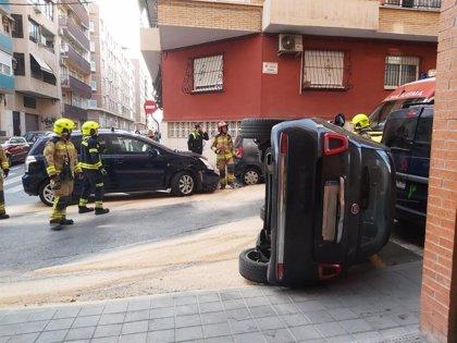 Dos heridos leves al volcar un coche en un accidente en la calle Cerdà de Alicante