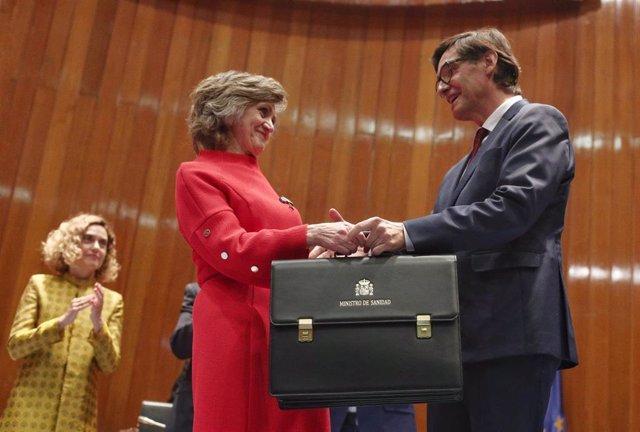 La exministra de Sanidad, Consumo y Bienestar Social, María Luisa Carcedo, entrega la cartera al nuevo ministro de Sanidad, Salvador Illa, en la sede del Ministerio de Sanidad en Madrid.