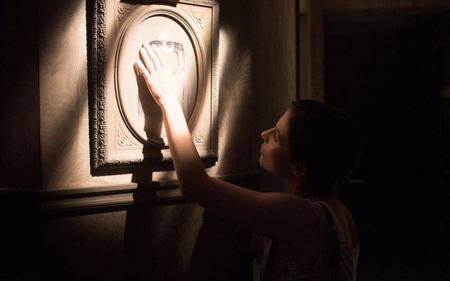 Amparo (Begoña Vargas) acaricia el retrato de Clara en 'Malasaña 32'.