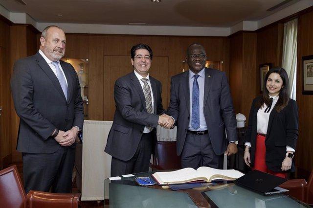 El presidente del Cabildo de Tenerife, Pedro Martín y el ministro de Enseñanza de Mauritania