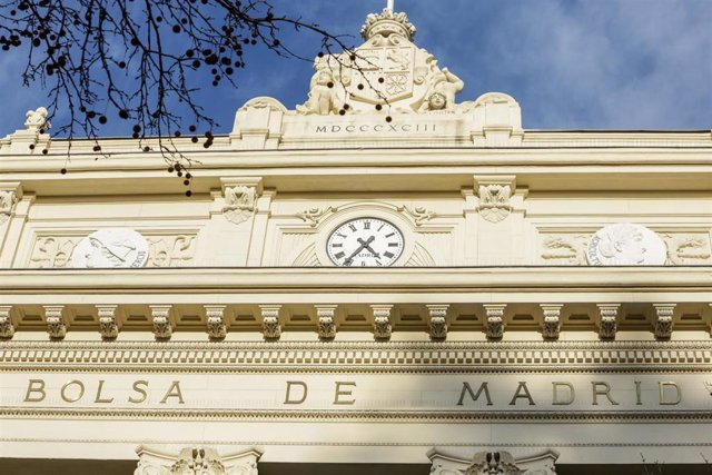 Reloj de la fachada exterior del Palacio de la Bolsa de Madrid
