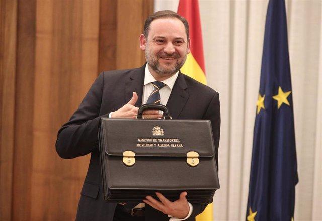 José Luis Ábalos posa con la cartera del nuevo Ministerio de Transportes, Movilidad y Agenda Urbana