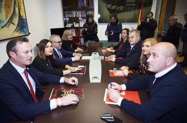 Reunión de las comisiones negociadoras de PRC y PSOE en el Parlamento de Cantabria