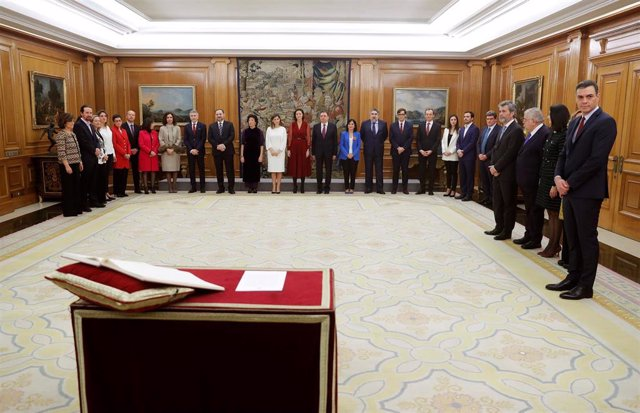 El presidente del Gobierno, Pedro Sánchez, y los miembros del Ejecutivo de coalición del PSOE y Unidas Podemos esperan la llegada del  Rey Felipe VI durante el acto de jura del cargo de los ministros en el Palacio de la Zarzuela.