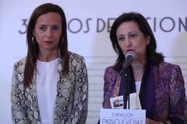 La presidenta de la Fundación Pablo Iglesias, Beatriz Corredor (i) y la ministra de defensa, Margarita Robles (d) en  la Fundación Pablo Iglesias