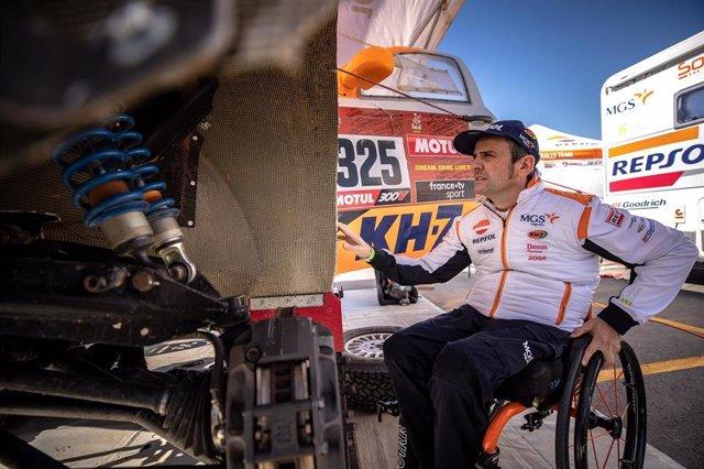 El piloto español Isidre Esteve (Repsol Rally Team) en el Rally Dakar
