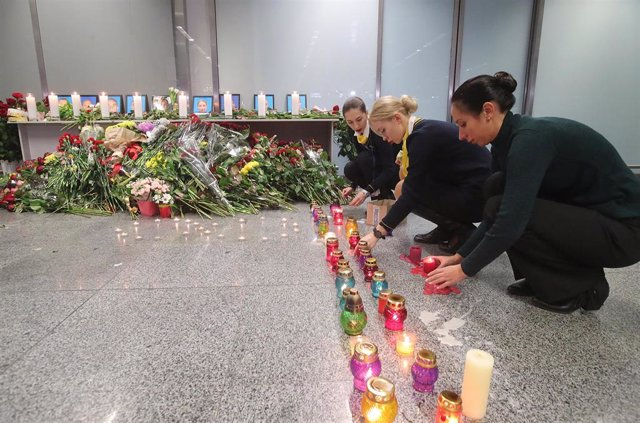 Empleados de la aerolínea Ukraine International Airlines (UIA) en una vigilia en recuerdo de los 176 fallecidos en el vuelo PS752 de la aerolínea, siniestrado cerca de Teherán