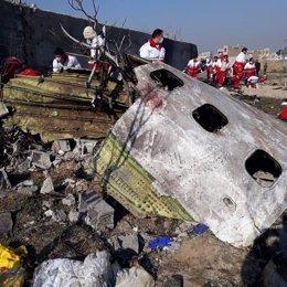 Restos del avión Boeing 737 de Ukranian International Airlines siniestrado cerca de Teherán poco después de despegar del aeropuerto de Teherán