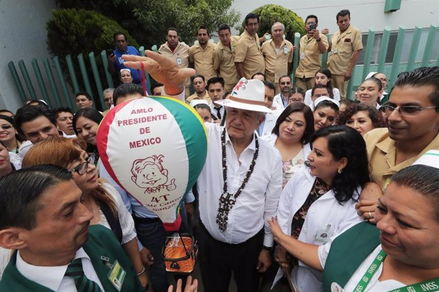 El presidente de México, Andrés Manuel López Obrador, visita un hospital en el estado de Metepec, en el sur del país.