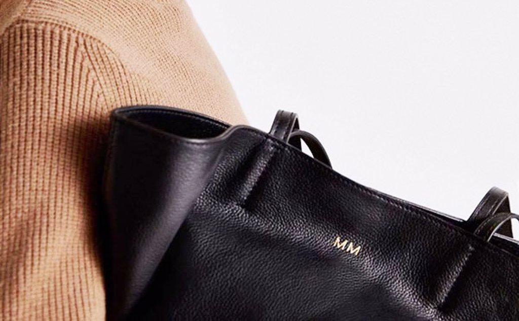 Personaliza tu bolso con tus iniciales: la tendencia que