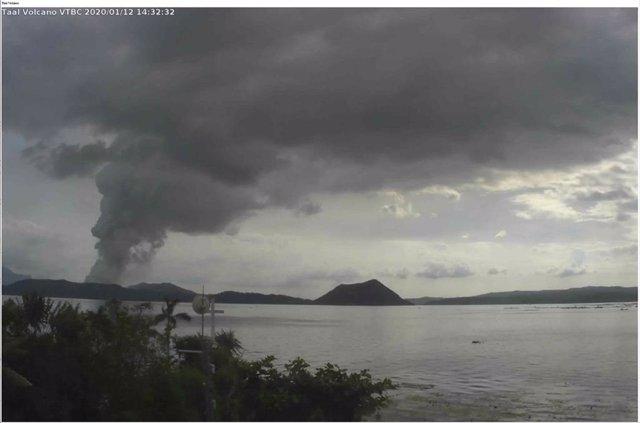 Volcan Taal en erupción, en Filipinas