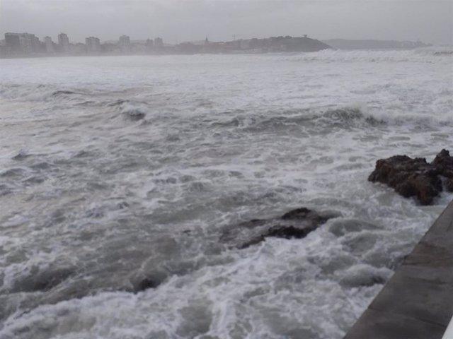 Oleaje en el mar Cantábrico, en Gijón.