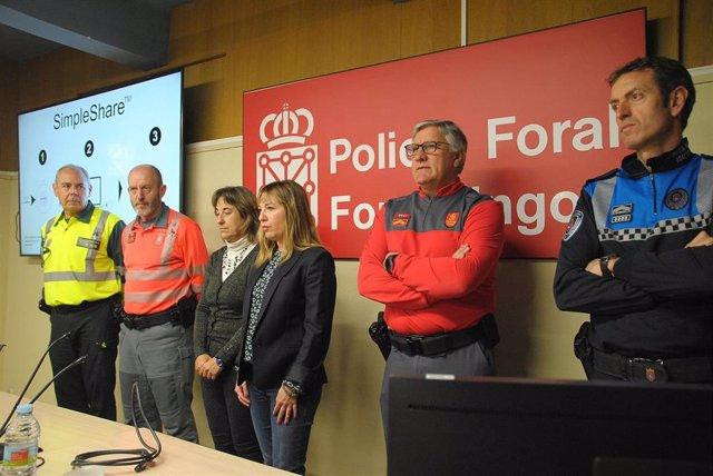 La directora general de Interior, Amparo López -entre la directora provincial de Tráfico, Belén Santamaría, y el jefe de la Policía Foral, Juan Carlos Zapico, junto a representantes de otros cuerpos policiales- se dirige a los asistentes a la sesión.