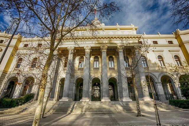 Fachada exterior del Palacio de la Bolsa de Madrid, en la Plaza de la Lealtad, nº1 de Madrid (España).