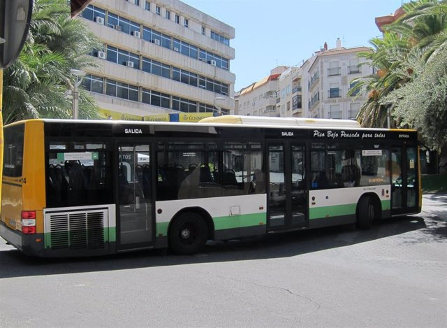 Imagen de archivo de un autobús urbano de Jaén, medio de transporte que ha incrementado un 1,4% el número de usuarios en noviembre en Andalucía.