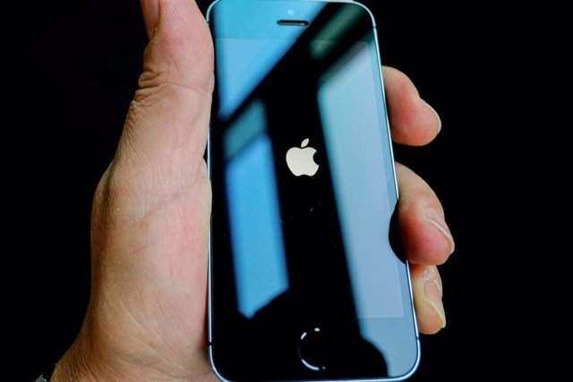 Una persona sujeta un iPhone. Foto: Stefan Jaitner/dpa