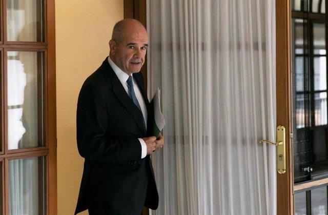 El expresidente de la Junta Manuel Chaves abandona sin contestar a preguntas la comisión de investigación parlamentaria sobre la Faffe. Foto de archivo
