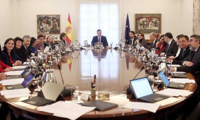 Sala de reuniones de La Moncloa durante el primer consejo de ministros del Gobierno de coalición del PSOE y Unidas Podemos en la XIV Legislatura.