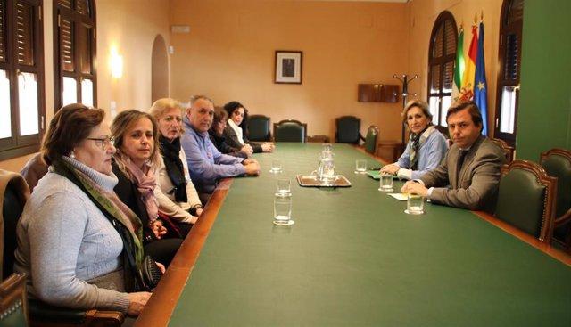 Repullo y Troncoso (dcha.) en su reunión de este lunes con los representantes de las trabajadoras de Tempo.