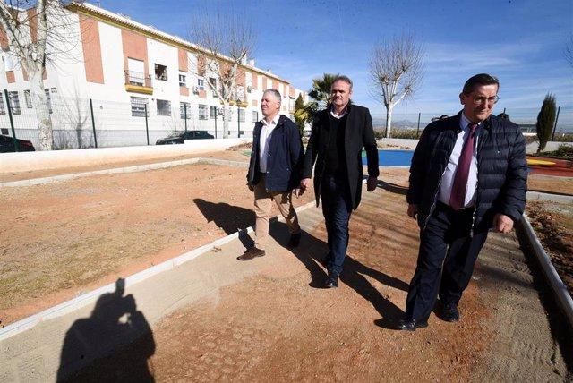 Imagen de la visita del presidente de la Diputación, José Entrena, al Cañaveral del municipio de Cijuela