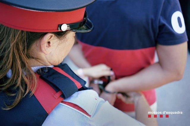 Mossos d'Esquadra detenen una persona. Foto d'arxiu