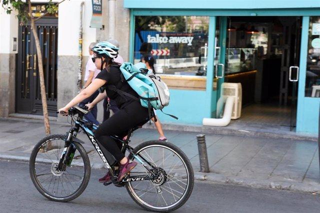 Deliveroo pone en marcha un programa de seguridad vial para los 'riders'