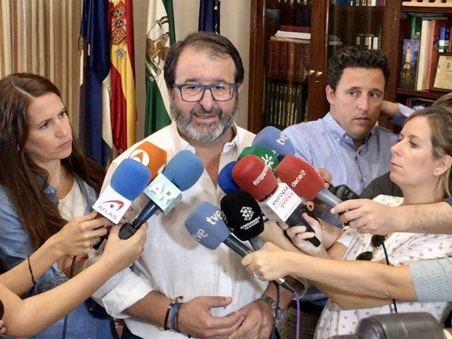 Juan Ávila atendiendo a los medios de comunicación