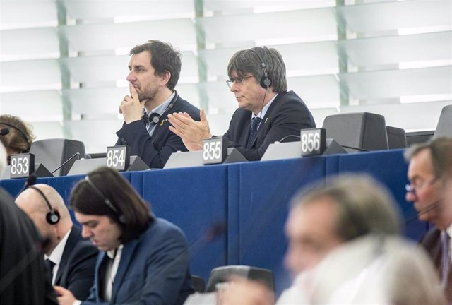 dpatop - HANDOUT - 13 January 2020, France, Strasbourg: Former members of the Catalan government Carles Puigdemont (R) and Toni Comin (L) look on as they attend their first plenary session of the European Parliament. Photo: Pietro Naj-Oleari/European Parl