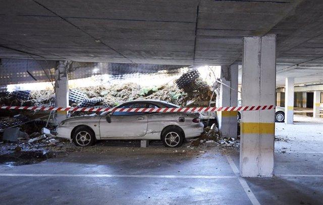 Uno de los coches que había en el parking subterráneo hundido en Santander