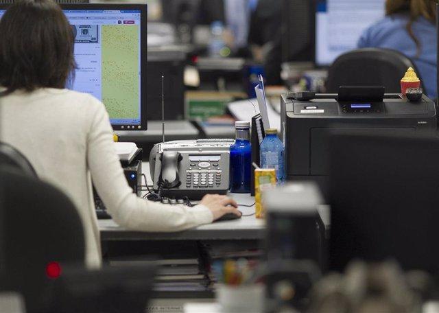 Una trabajadora en su oficina