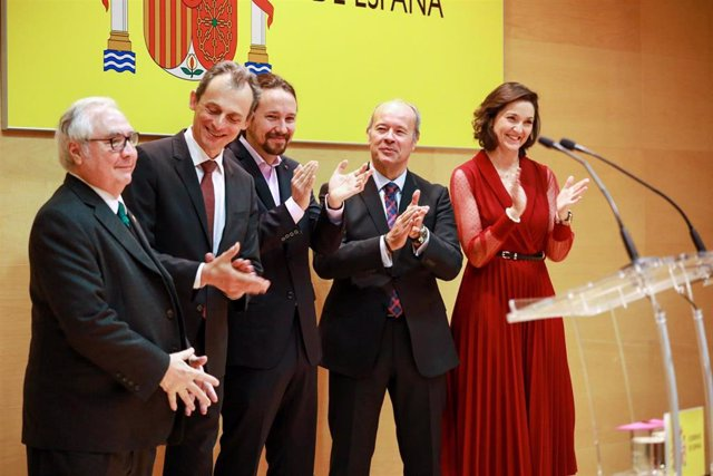 El nuevo ministro de Universidades, Manuel Castells, junto a Pedro Duque; Pablo Iglesias, Juan Carlos Campo y Reyes Maroto, durante su toma de posesión.