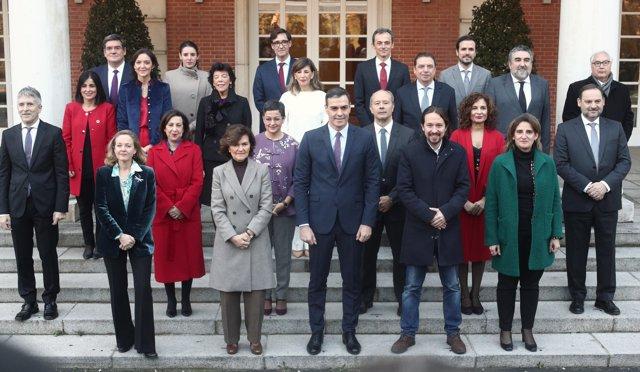 Foto de familia del presidente, los cuatro vicepresidentes y de los 18 ministros que componen el Gobierno de coalición del PSOE y Unidas Podemos en la XIV Legislatura antes de la celebración de la primera reunión del consejo de ministros en La Moncloa.