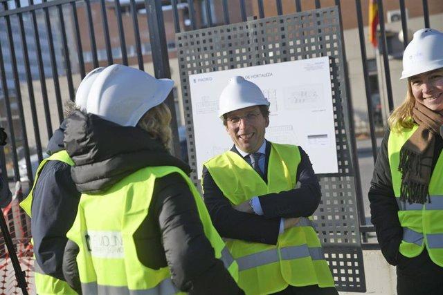 El alcalde de Madrid, José Luis Martínez-Almeida (c), visita junto a la delegada de Seguridad, Inmaculada Sanz, las obras de la nueva sede de la Policía Municipal en el distrito de Hortaleza, a 14 de enero de 2020.