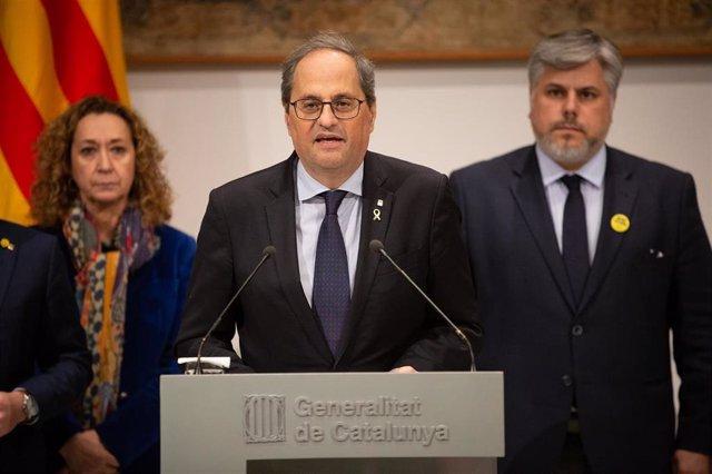 El presidente de la Generalitat, Quim Torra (centro), junto a la consellera de Justicia de la Generalitat, Esther Capella (izq) y el presidente de JxCat en el Parlament, Albert Batet (dech), en Barcelona (España), a 10 de enero de 2020.
