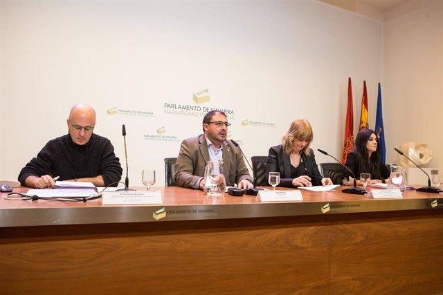 El presidente del Parlamento de Navarra, Unai Hualde, y la consejera de Relaciones Ciudadanas del Gobierno de Navarra, Ana Ollo, presentan el Fondo Documental de Memoria Histórica de Navarra.