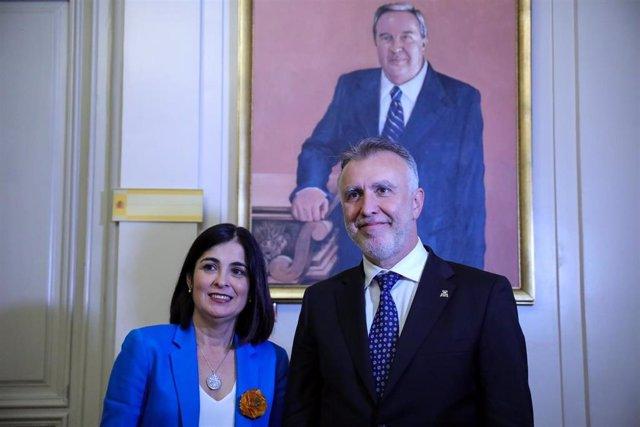 La ministra de Política Territorial y Función Pública, Carolina Darias, posa junto al presidente de Canarias, Ángel Víctor Torres