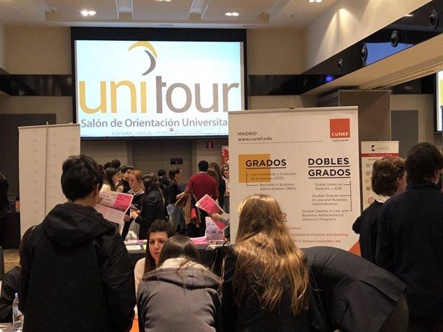 Jóvenes de bachillerato en el Salón de Orientación Universitaria Unitour 2018-2019