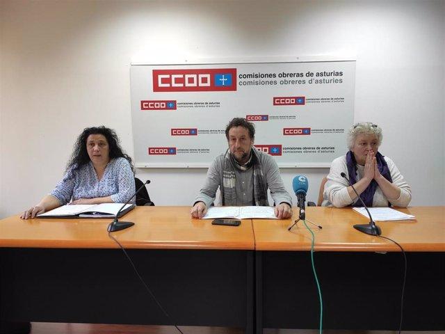 El secretario general de la federación de Servicios de CCOO de Asturias, Alfredo García; la responsable de comercio en UGT, Ana del Rosal; y la responsable de Servicios de USO, Margarita Quintano, comparecen en rueda de prensa.