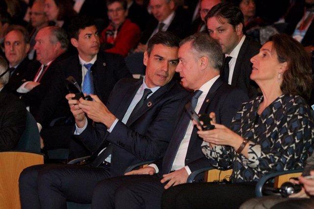 El lehendakari Iñigo Urkullu y el presidente del Gobierno, Pedro Sánchez, hablan durante la  Inauguración en el Kursaal de San Sebastián de la Conferencia Internacional sobre el Cambio Climático 'Change the Change'