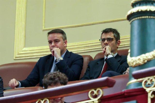 El jefe de gabinete de Pedro Sánchez, Iván Redondo (i), en la tribuna de invitados durante la primera sesión del debate de investidura del presidente del Gobierno en funciones en la XIV Legislatura en Madrid (España), a 4 de enero de 2020.