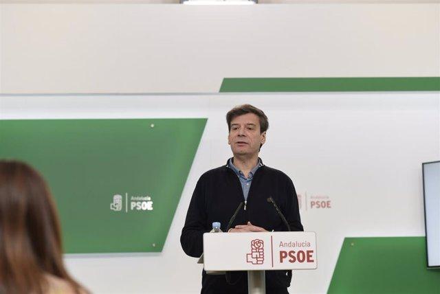 El portavoz de Presidencia del PSOE-A, Carmelo Gómez, en rueda de prensa este martes