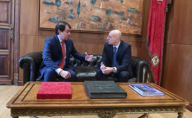 El presidente de la Junta de Castilla y León, Alfonso Fernández Mañueco, departe con el alcalde de León, José Antonio Diez.