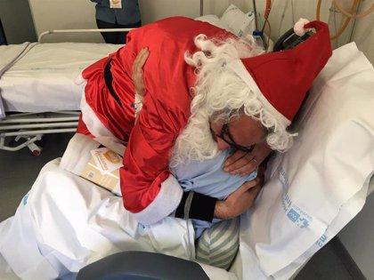 Más de 150 voluntarios entregaron regalos a mayores hospitalizados en la V campaña solidaria 'Ningún Mayor Sin Regalos'