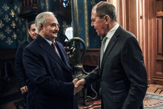 El ministro de Exteriores de Rusia, Sergei Lavrov (d), con el mariscal de campo Jalifa Haftar, leal a las autoridades asentadas en el este de Libia (i)