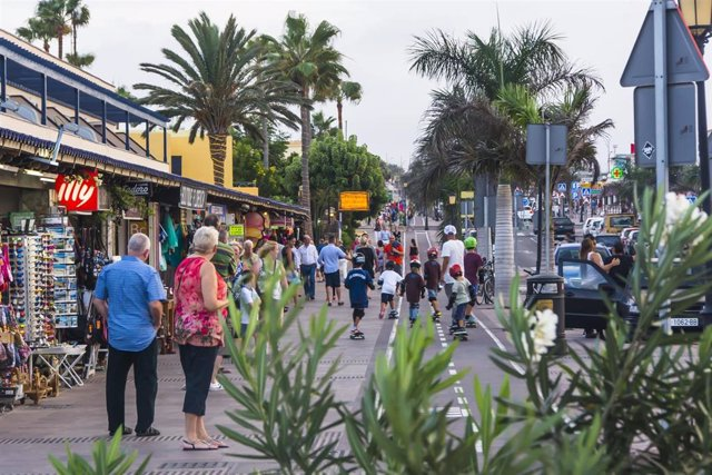 Turistas en un paseo por Canarias