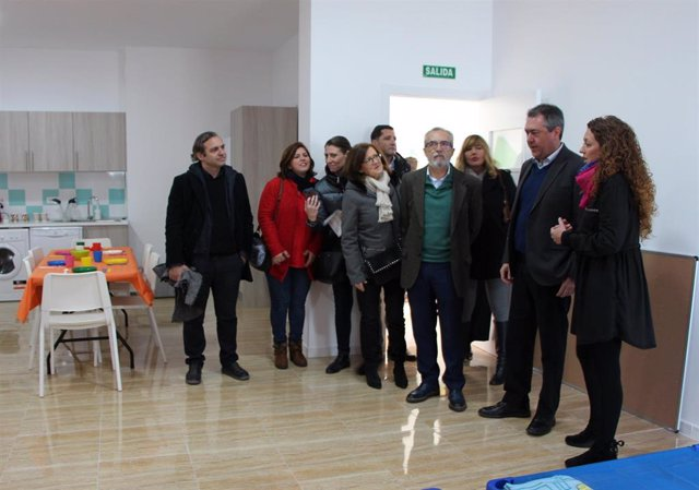 El alcalde de Sevilla, Juan Espadas, visita uno de los nuevos centros de día para menores en la calle Paulo Orosio