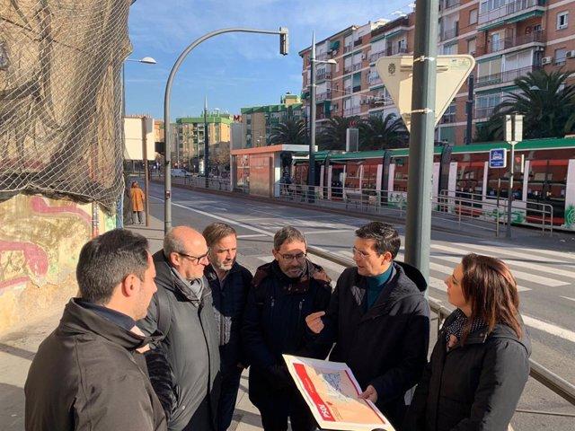 Imagen del encuentro del portavoz del Grupo Municipal Socialista, Francisco Cuenca, con vecinos del barrio de la Chana