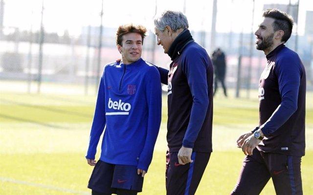 El jugador del Barça Riqui Puig junto al nuevo entrenador, Quique Setién, en su primera sesión de entrenamiento en la Ciutat Esportiva Joan Gamper